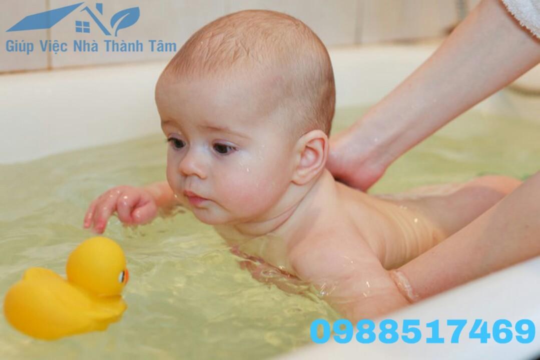 tắm bé sơ sinh thành tâm